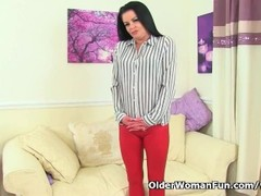 English milf Sarah Kelly fucks herself with a big dildo Thumb
