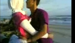indonesian- cewek jilbab mesum di tepi pantai Thumb